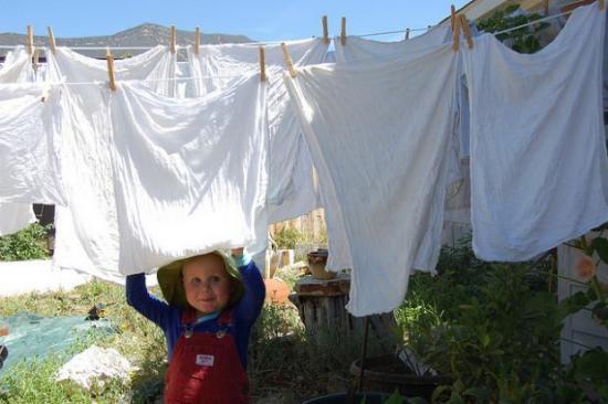 Linge Blanc qui sèche dehors avec un bébé qui sourit