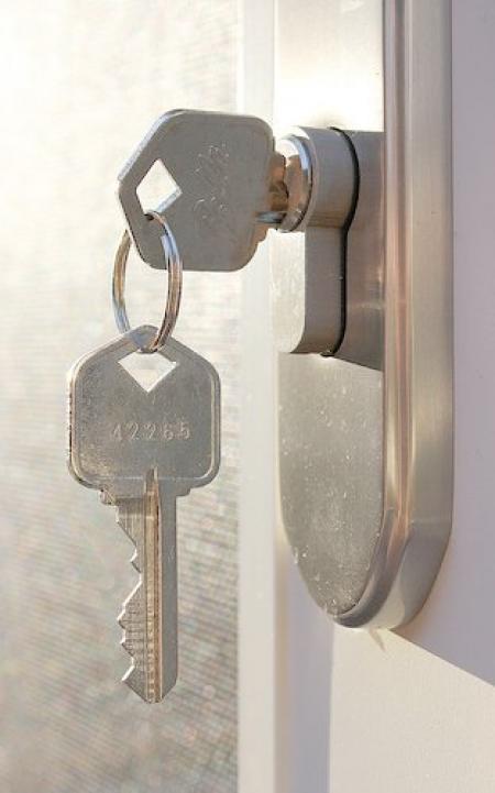 une trousseau de clés dans une serrure