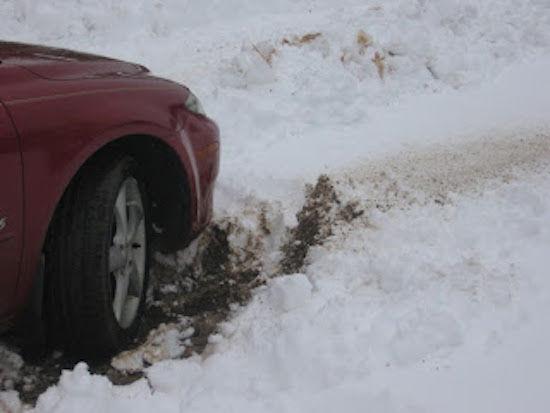 Sortir sa voiture de la neige est un jeu d'enfant avec la cendre de bois.