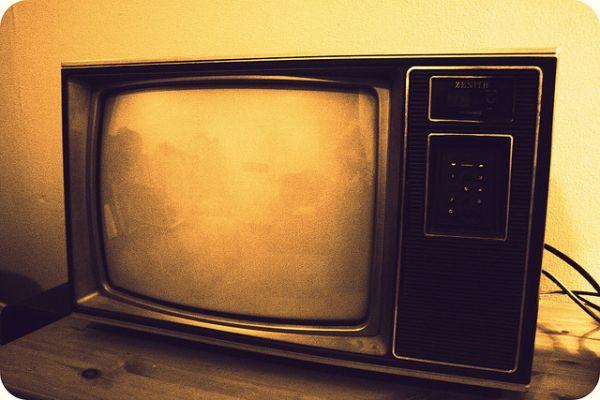 vieille télévision sur une table en bois