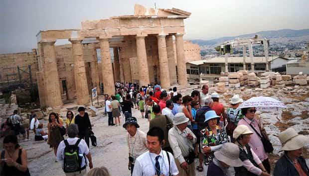 Visiter acropole à athènes avec plein de monde