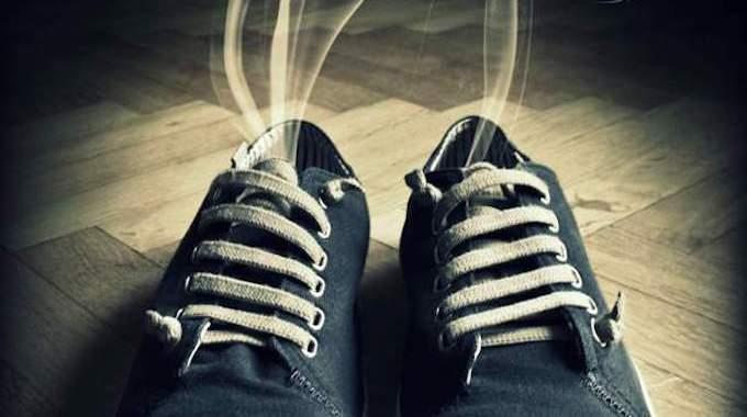 2 trucs ultra efficaces pour en finir avec les mauvaises odeurs dans les chaussures. Black Bedroom Furniture Sets. Home Design Ideas