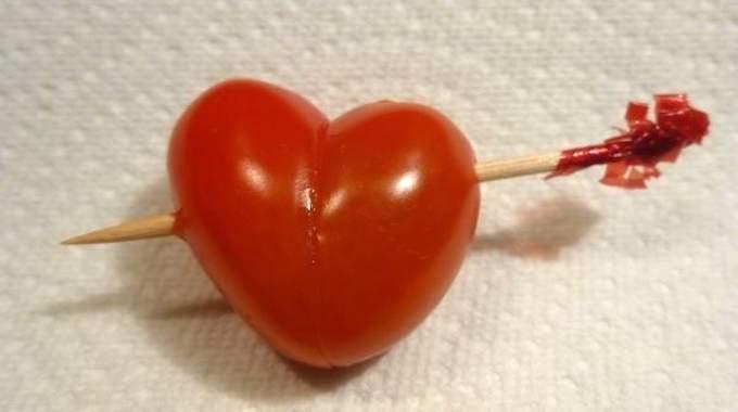 Des tomates cerise en forme de coeur que votre valentin va adorer - Comment couper une tomate en cube ...