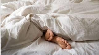 dormir-avec-une-couette-pour-avoir-chaud
