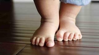 Enfants Doivent ABSOLUMENT Marcher Pieds Nus