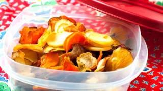 chips de légumes faites maison avec des épluchures