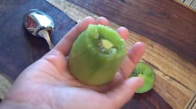 L'Astuce Étonnante Pour Éplucher Un Kiwi En 15 Secondes Chrono.