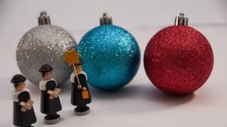 Les paroles de chansons de Noël gratuites pour s'amuser en famille.