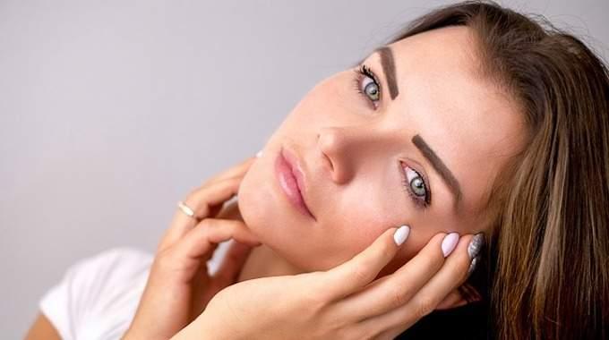 Jeune et déjà ridée ? 3 astuces naturelles pour retrouver une peau lisse.