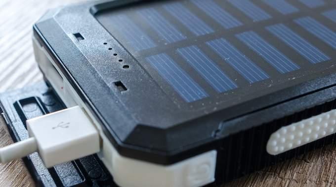 Chargeur solaire pour recharger son iPhone gratuitement.