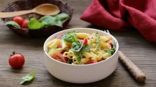 Une salade de pâtes facile et savoureuse pour un repas complet.
