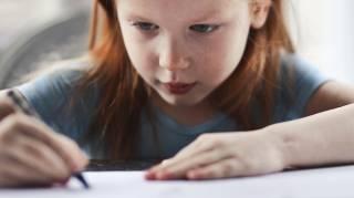 Petite fille qui écrit : Aider son Enfant à Mieux Écrire sans Rien Dépenser : mes Trucs d'Instit.
