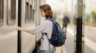 Prendre le train au lieu de l'avion pour voyager malin.