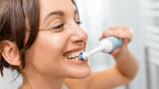 Se passer d'une brosse à dents électrique pour économiser de l'argent