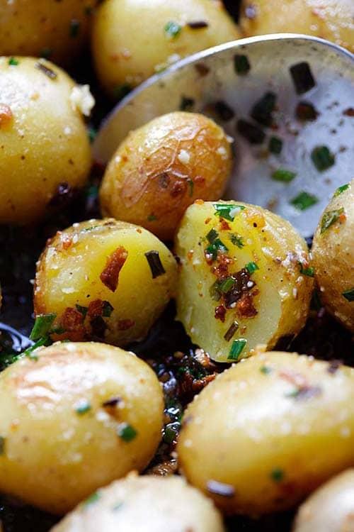 facile et pas ch re la recette des pommes de terre r ties au beurre d 39 ail et la ciboulette. Black Bedroom Furniture Sets. Home Design Ideas