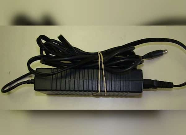 accrocher les excès de fil du chargeur