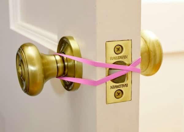 éviter qu'une porte claque et se ferme élastique