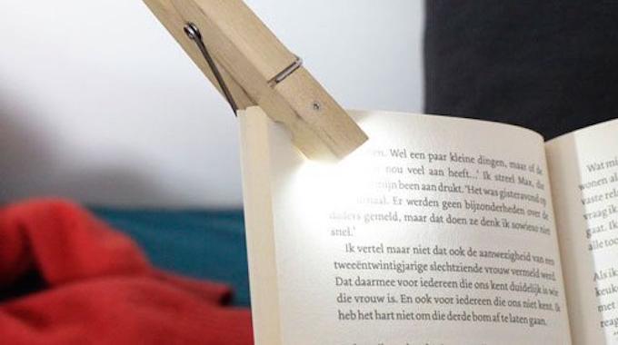 produit malin la pince linge avec lampe int gr e pour lire la nuit. Black Bedroom Furniture Sets. Home Design Ideas