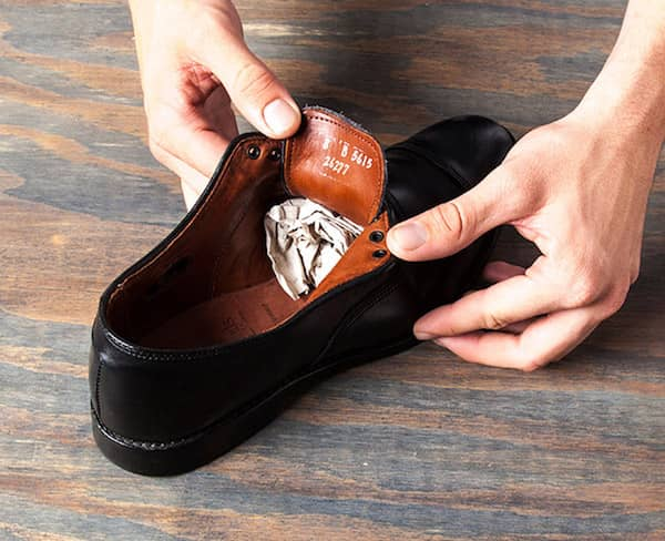 a0e391c0b50 utilisez de l huile de ricin et du papier journal pour agrandir vos  chaussures