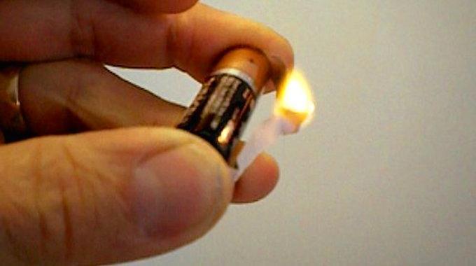Comment allumer un feu avec un emballage de chewing gum et - Comment enlever du chewing gum sur du tissu ...