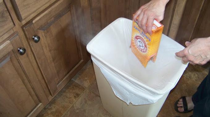 poubelle qui sent mauvais l 39 astuce pour la d sodoriser avec du bicarbonate. Black Bedroom Furniture Sets. Home Design Ideas