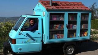 bibliothèque apporte livre aux enfants