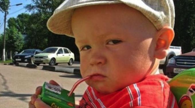 L'Astuce Géniale pour Aider Votre Enfant à Boire à la Paille Sur Une Brique.