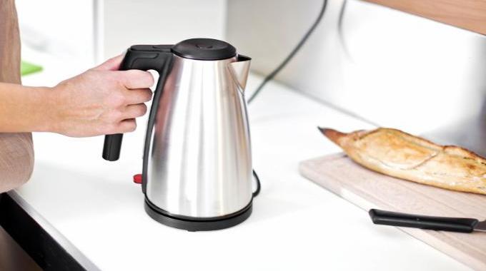 Calcaire dans la bouilloire enlevez le facilement avec - Comment detartrer une bouilloire ...