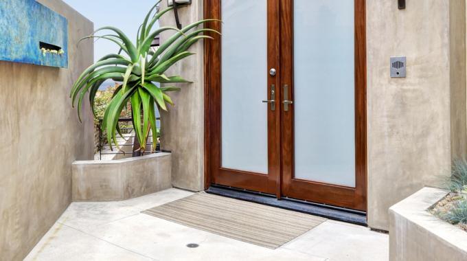 la solution conomique contre le froid en hiver le bourrelet de porte. Black Bedroom Furniture Sets. Home Design Ideas