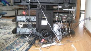 cables derriere tele emmelés