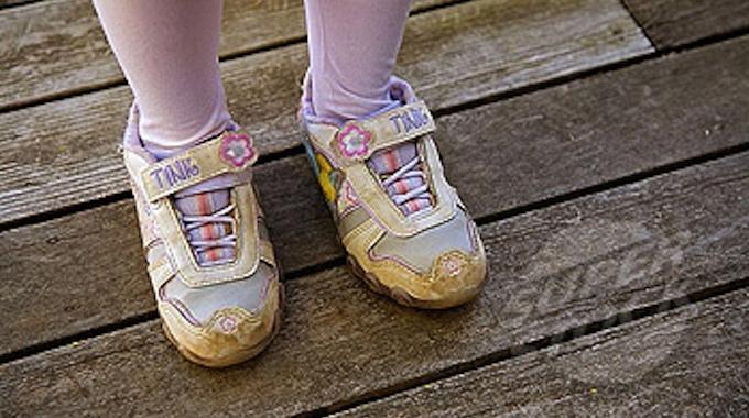 lastuce pour aider son enfant 224 mettre ses chaussures au