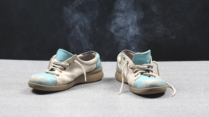 l 39 astuce pour enlever l 39 odeur de transpiration dans les chaussures. Black Bedroom Furniture Sets. Home Design Ideas