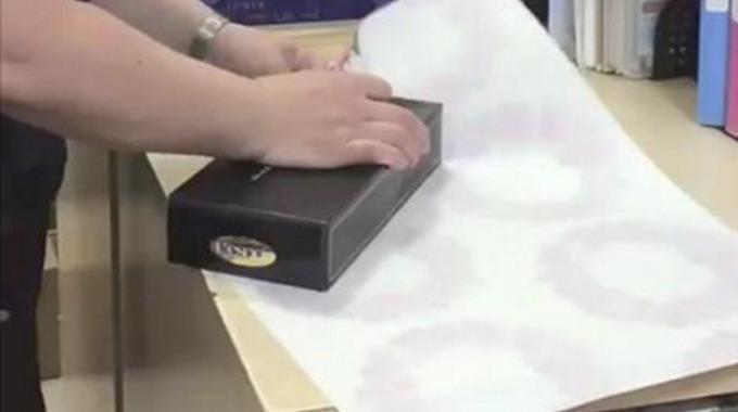 arr tez tout et regardez cette astuce g niale pour emballer un cadeau en un clin d 39 oeil. Black Bedroom Furniture Sets. Home Design Ideas