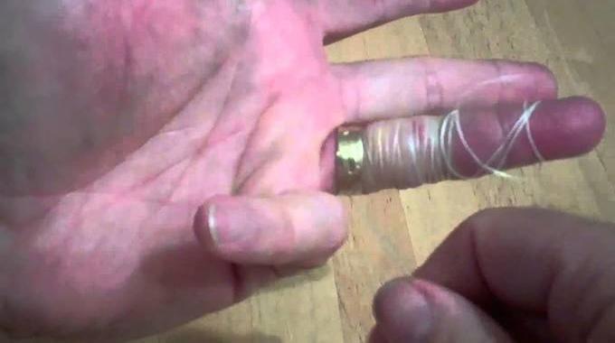 Comment Enlever une Bague Coincée avec un Simple Fil Dentaire.