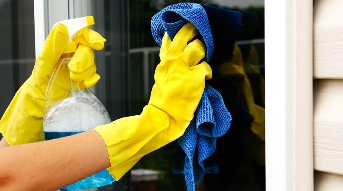 5 astuces qui ont fait leurs preuves pour nettoyer les vitres. Black Bedroom Furniture Sets. Home Design Ideas