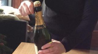 comment-ouvrir-bouteille-champagne-sans-bruit