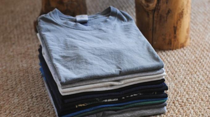 Le secret pour plier un t shirt en 2 secondes - Comment plier un t shirt ...