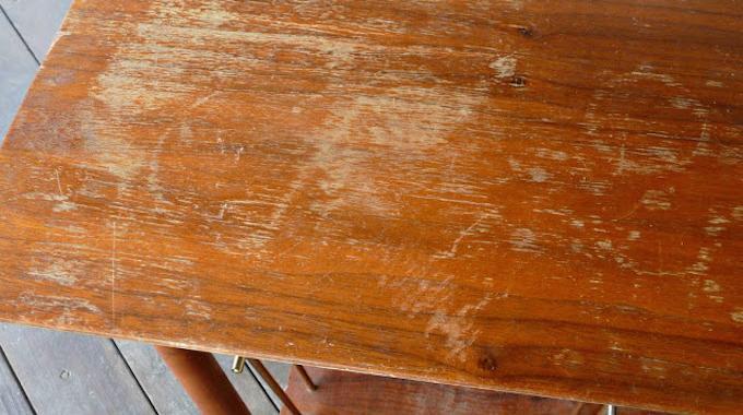 l 39 astuce incroyable pour faire dispara tre les rayures sur un meuble en bois. Black Bedroom Furniture Sets. Home Design Ideas