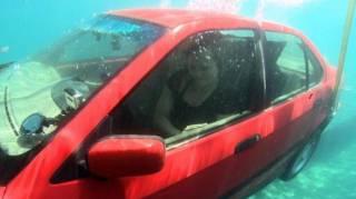 Comment s'échapper d'une voiture qui coule dans l'eau