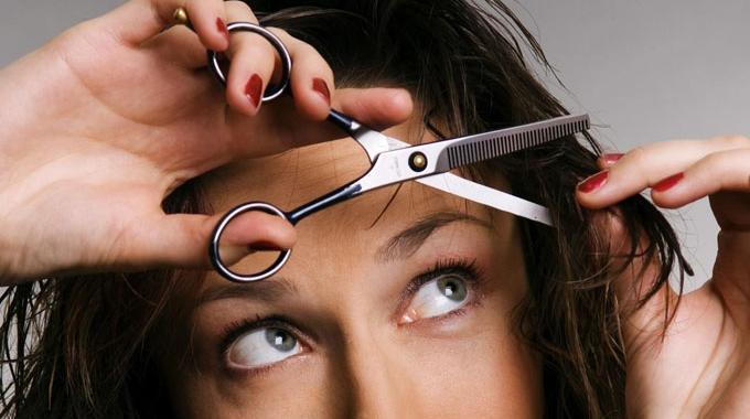 La technique magique pour couper facilement sa frange soi m me - Comment couper une frange soi meme ...