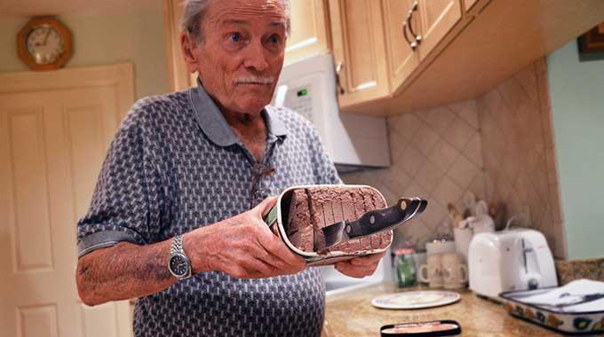 D coupez la glace avec un couteau pour pouvoir la servir - Comment couper un potiron pour la soupe ...
