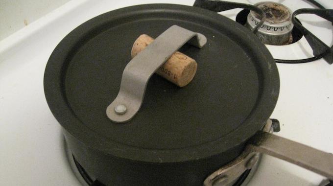 l 39 astuce toute simple pour soulever le couvercle d 39 une casserole sans se br ler. Black Bedroom Furniture Sets. Home Design Ideas