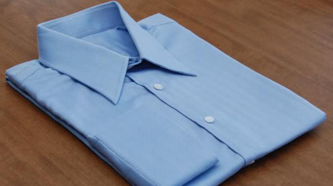Comment d froisser un costume ou une chemise sans fer - Repasser une chemise sans fer ...