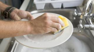 economiser-eau-vaisselle-main