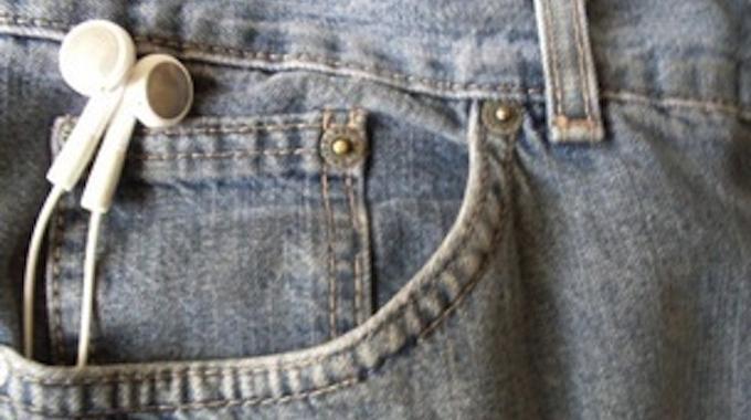 L'Astuce pour Ne Plus Emmêler Ses Écouteurs Quand On Porte un Jean.