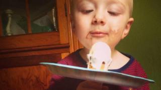 enfant mange glace tache