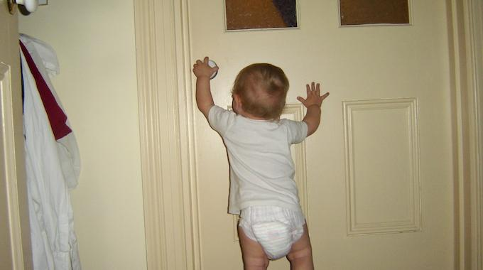 L 39 astuce pour viter que vos enfants se coincent les for Porte qui s ouvre
