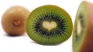éplucher un kiwi facilement