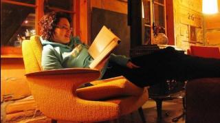 fille en train de lire tranquillement