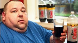 homme gros qui boit coca light